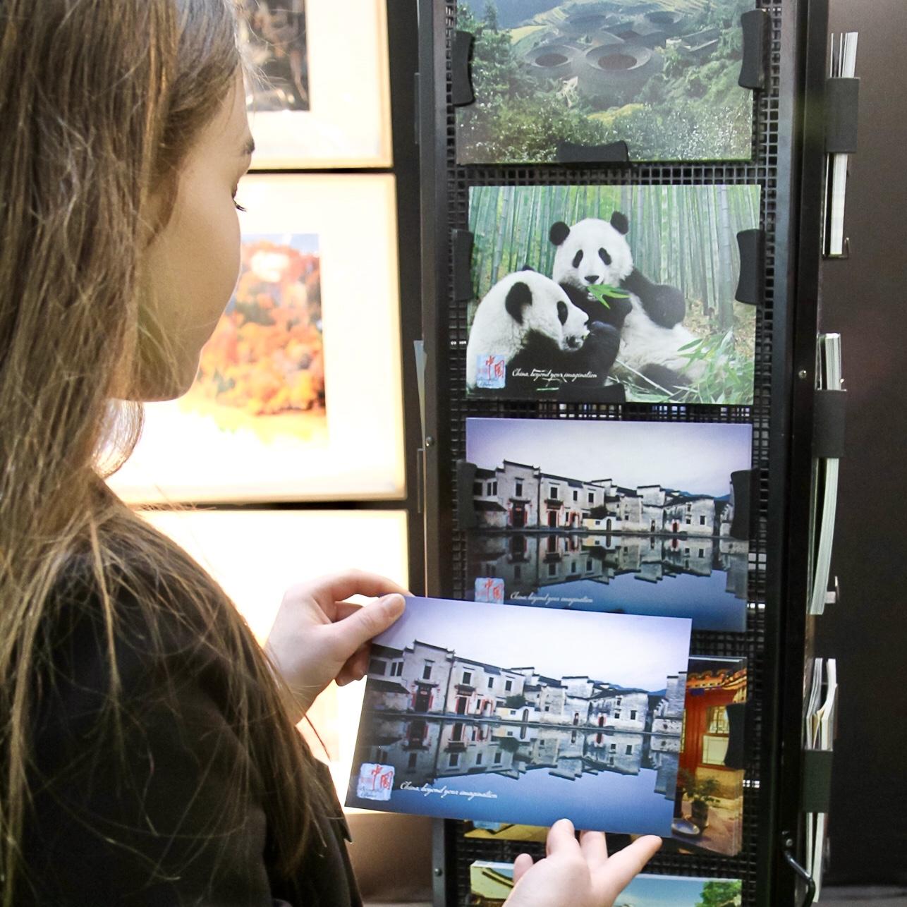 c-06-Carte-a-Voyager-cartes-postales-gratuites-offertes-visiteurs-salons-tourisme-mahana-tourissima-lille-lyon-paris-salon-mondial-du-tourisme-servez-vous